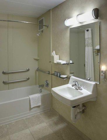 Hampton Inn Danbury - Accessible Bathroom
