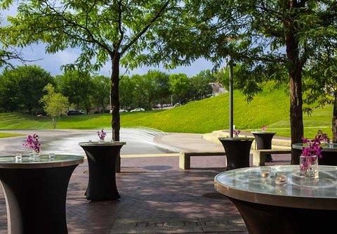 Cincinnati Kingsgate Conference Center Hotel - Outdoor Patio   Cocktail Style