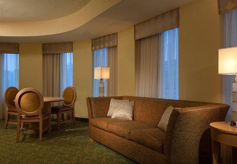Cincinnati Kingsgate Conference Center Hotel - Junior Suite Living Area