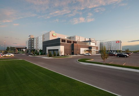 Courtyard By Marriott Calgary Airport Hotel - Exterior