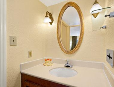 Days Inn Charleston Historic District - Bathroom
