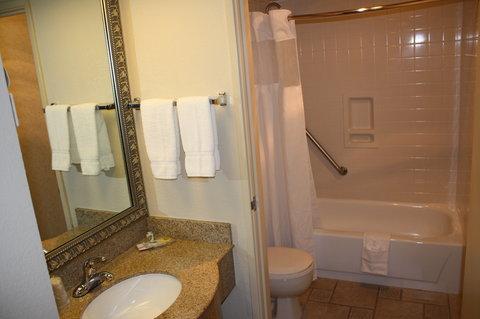 Best Western Plus Inn At The Vines - Guest Bathroom