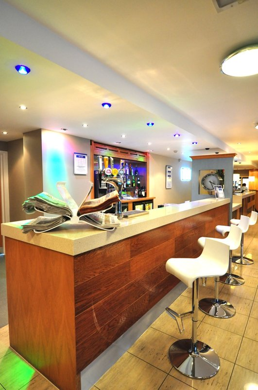 Holiday Inn Express London-Park Royal Bar/Lounge