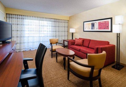 Courtyard Fresno - Suite Living Area