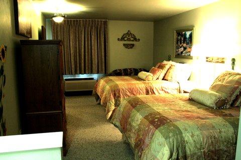 Airport Settle Inn - King Queen Queen Suite