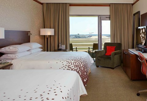 Renaissance Concourse Atlanta Airport Hotel - Queen Queen Guest Room Runway View
