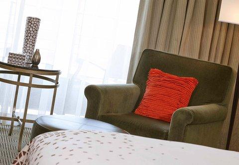 Renaissance Concourse Atlanta Airport Hotel - Guest Room Sitting Area