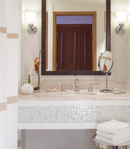 Renaissance Concourse Atlanta Airport Hotel - Guest Bathroom
