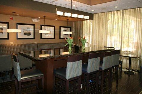Hampton Inn Gainesville FL - Lobby Community Table