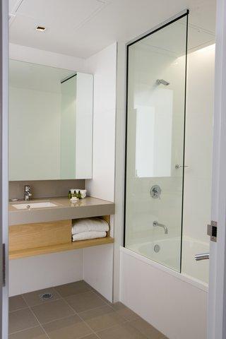 Chifley Doveton Hotel Dandenong - Chifley Doveton Chifley Suite Bathroom