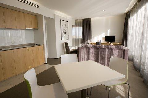 Chifley Doveton Hotel Dandenong - Chifley Doveton Chifley Suite Living Area