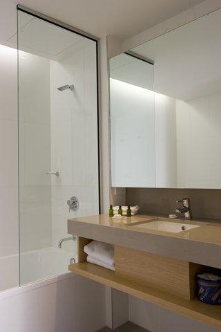 Chifley Doveton Hotel Dandenong - Chifley Doveton Deluxe Room Bathroom