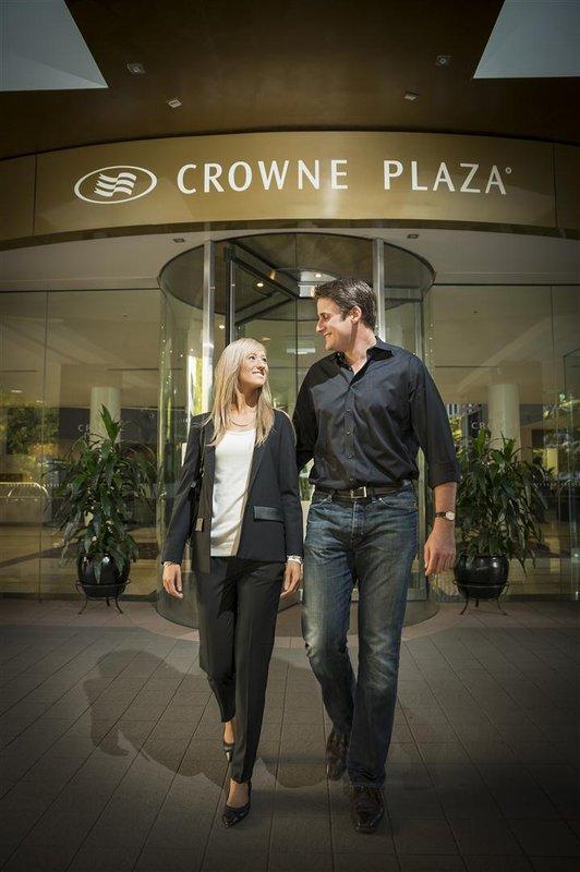 Crowne Plaza Hotel Canberra Vista exterior