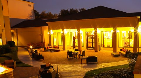 Country Inn & Suites By Carlson, Dallas-Love Field (Medical Center), TX - Courtyard At Night