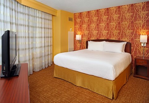 Courtyard By Marriott Downtown Baltimore Hotel - King Suite Bedroom