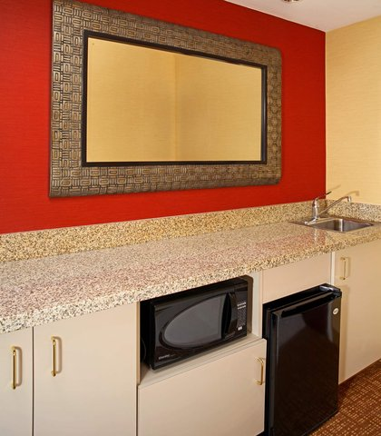 Courtyard By Marriott Downtown Baltimore Hotel - King Suite Wet Bar