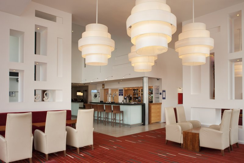 Holiday Inn Express Leeds-Armouries Bár/lounge