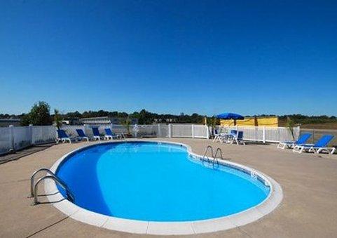 Comfort Inn Van Buren 游泳池视图