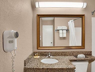 Days Inn Mission Valley Qualcomm Stadium/ SDSU - Bathroom