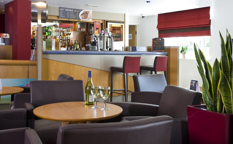 Holiday Inn Express London Chingford-N Circular 酒吧/休息厅