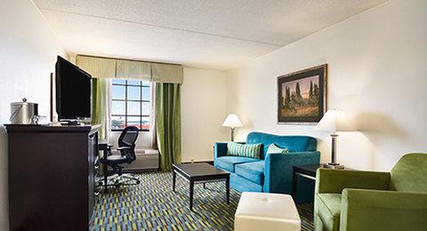 Wyndham Garden Wichita Downtown - King Suite