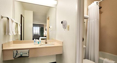 Wyndham Garden Wichita Downtown - Guest Room Bathroom