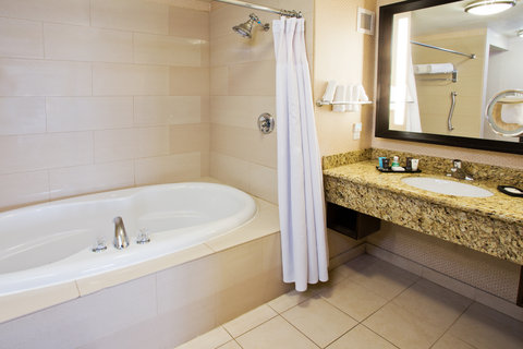 Crowne Plaza ANCHORAGE-MIDTOWN - Guest Bathroom