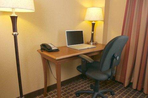 C'mon Inn Hotel & Suites - Suite