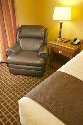 C'mon Inn Hotel & Suites - Guest room