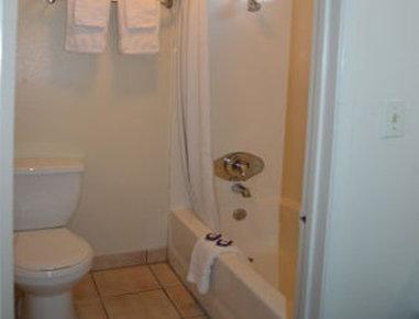 Knights Inn Blythe - Bathroom