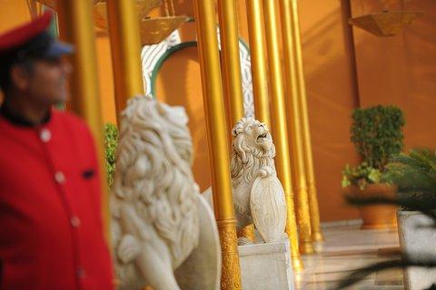 فندق ماريوت القاهرة و كازينو عمر الخيام - Doorman With Lions Horizontal