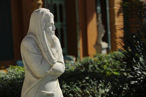 فندق ماريوت القاهرة و كازينو عمر الخيام - Garden Promenade Statue