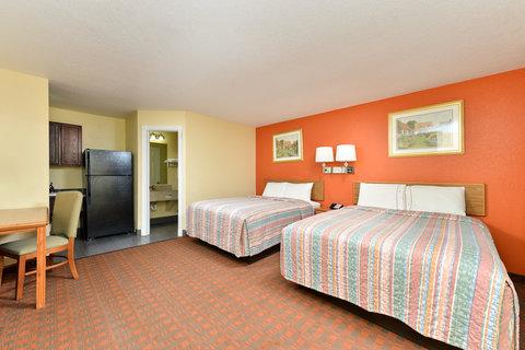 Americas Best Value Inn Medical Center Lubbock - Two Queen Bed Kitchenette