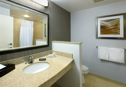 Courtyard Dayton-University of Dayton - Suite Bathroom