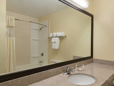 Baymont Inn & Suites Fort Myers Airport - Guest Bathroom