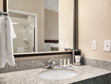 Baymont Inn & Suites Odessa - Guest Bathroom
