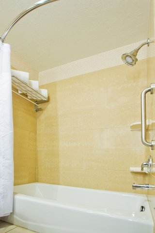 Crowne Plaza ANCHORAGE-MIDTOWN - Executive Double Bed Guest Bathroom