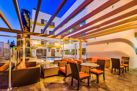 Holiday Inn Express ANAHEIM MAINGATE - Guest Patio