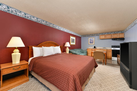 Country Hearth Inn and Suites - Gainesville - One King Bed Jacuzzi Suite