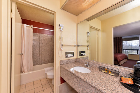 Country Hearth Inn and Suites - Gainesville - Guest Bathroom