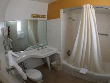 Knights Inn Downtown Albuquerque - Bathroom