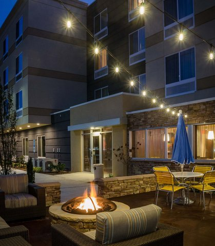 Fairfield Inn & Suites Fayetteville North - Outdoor Patio   Fire Pit