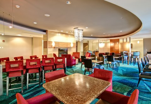 SpringHill Suites Fresno - Breakfast Seating Area