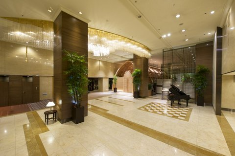 Crowne Plaza ANA HIROSHIMA - High ceiling lobby area with lounge and chapel