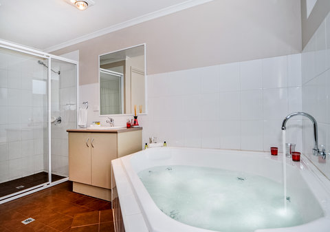 Comfort Inn & Suites Collie - Bathroom