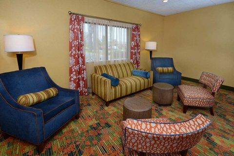Hampton Inn Fayetteville - Cross Creek Mall - Lobby Seating Area