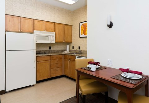 Residence Inn Baton Rouge Towne Center at Cedar Lodge - One-Bedroom Suite - Kitchen