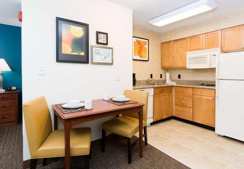 Residence Inn Baton Rouge Towne Center at Cedar Lodge - King Studio Suite - Kitchen