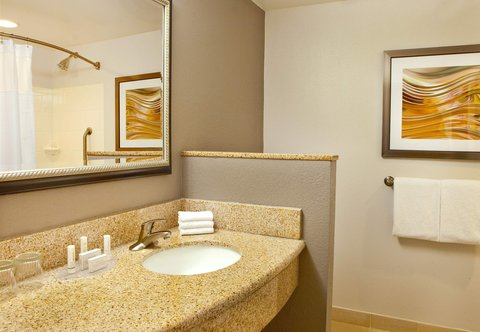 Courtyard Gettysburg - Guest Room Bathroom