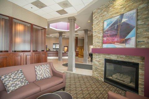 DoubleTree by Hilton Bloomington - Lobby